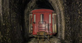 le tunnel du petit train rouge