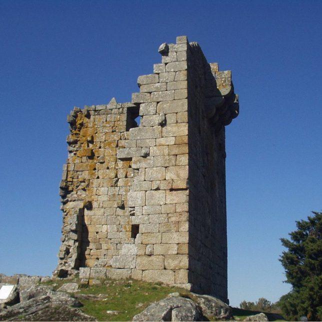 Restauration de ruines La tour Vilharigues et le château de Matrera par Carlos Quevedo Architects