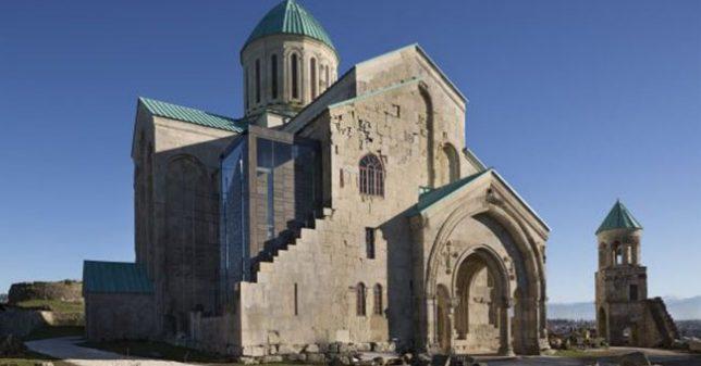 Restauration de ruines cathédrale de Bagrati en Géorgie